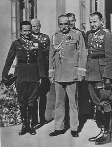 Jerzy Bajan (po lewej) i Gustaw Pokrzywka (po prawej) z marszałkiem Józefem Piłsudskim (w środku) po zwycięstwie w zawodach lotniczych Challenge 1934.