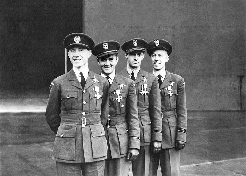 Piloci dywizjonu 303 udekorowani brytyjskim. Arch. prywatne Autora