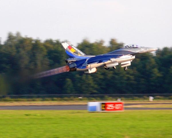 Belgijski F-16 start do wspolnego pokazu z Rafal