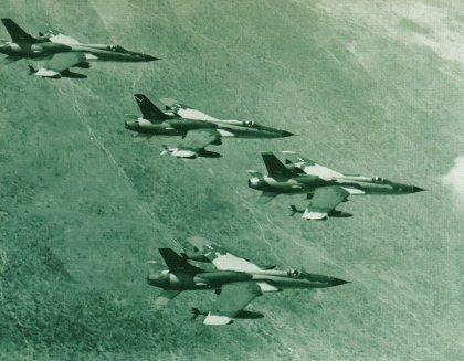 """Klucz Thunderchiefów nad wietnamską dżunglą. Na czele - """"Polish Glider""""."""